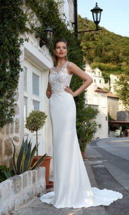 Свадебное платье с прямым силуэтом, кружевным корсетом и длинным шлейфом.