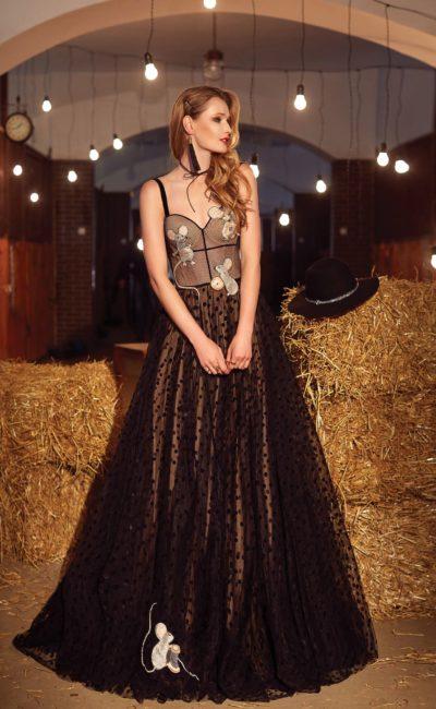 Вечернее платье А-силуэта с аппликациями в виде мышек и открытым лифом.