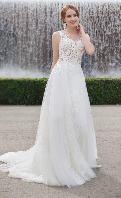Свадебное платье А-силуэта с полупрозрачным верхом и романтичным шлейфом.