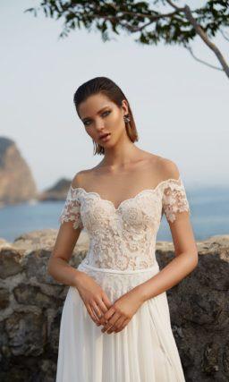 Прямое свадебное платье с фигурным декольте над открытым бежевым корсетом.