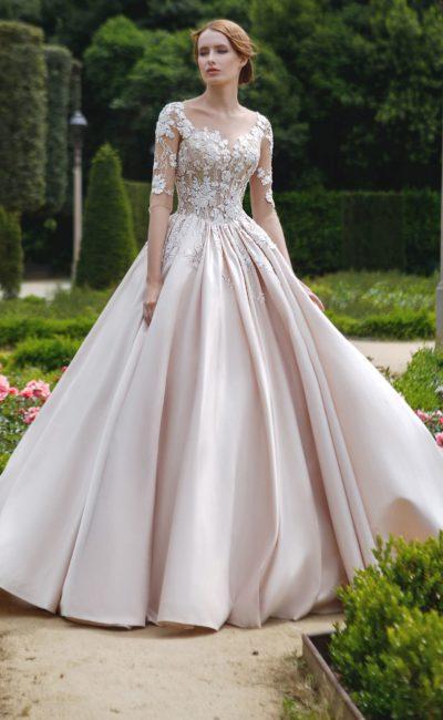 Свадебное платье с пышной атласной юбкой и сдержанным рукавом три четверти.