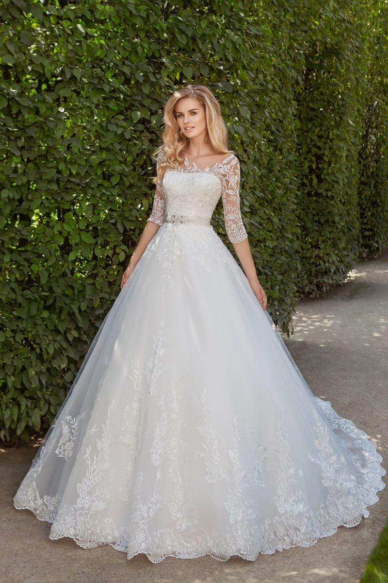 Свадебное платье с закрытым верхом, поясом из атласа и шлейфом.