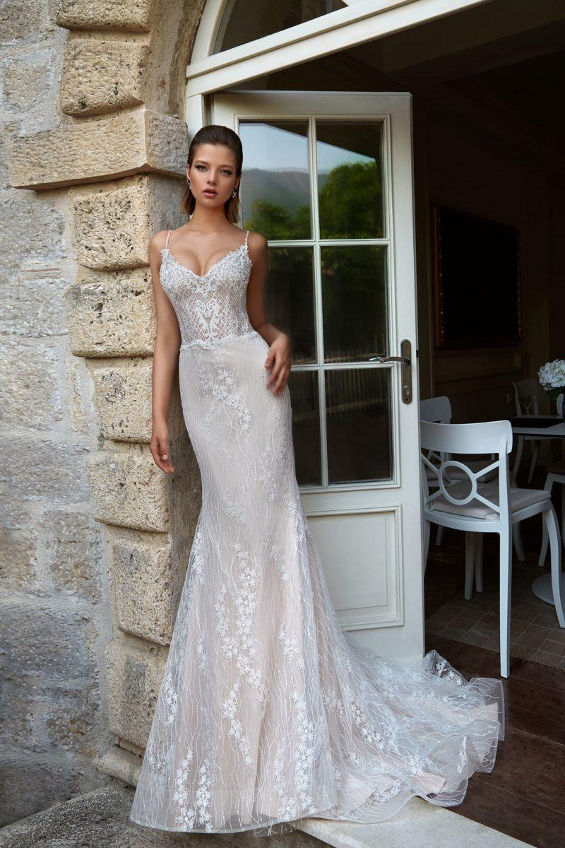 Свадебное платье «русалка» в бежевых тонах, с открытым лифом и кружевным декором.