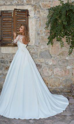 Свадебное платье А-силуэта со скрытыми карманами и кружевной отделкой по лифу.