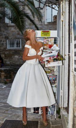 Свадебное платье с пышной юбкой миди и соблазнительным вырезом на лифе.