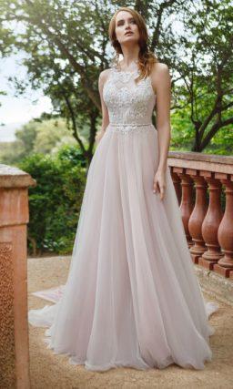 Свадебное платье А-силуэта с глубоким вырезом на спинке и кокетливым поясом.