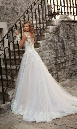 Свадебное платье с воздушным силуэтом и кружевным верхом с длинным рукавом.