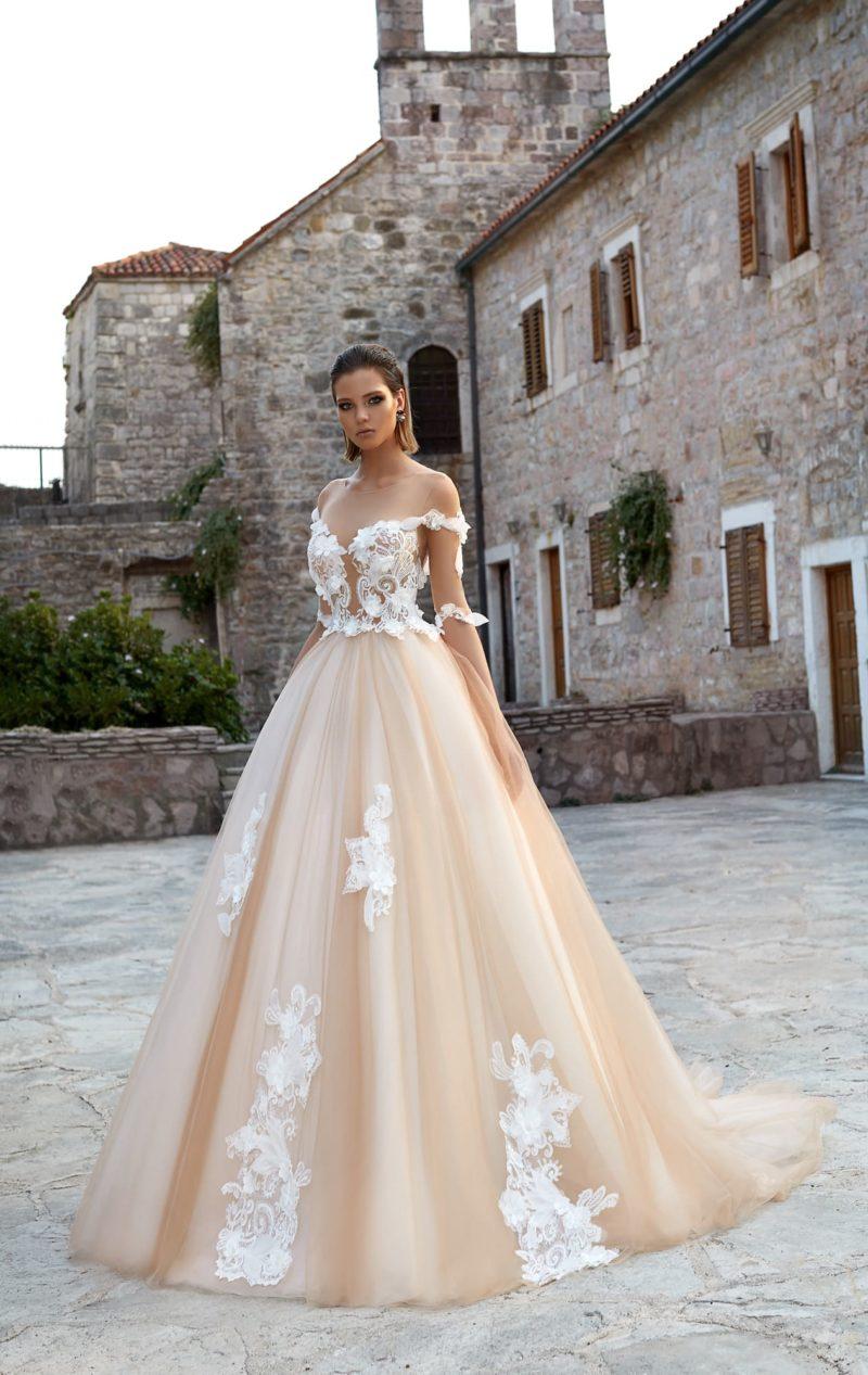 Свадебное платье А-силуэта в персиковых тонах, с белым декором на корсете.