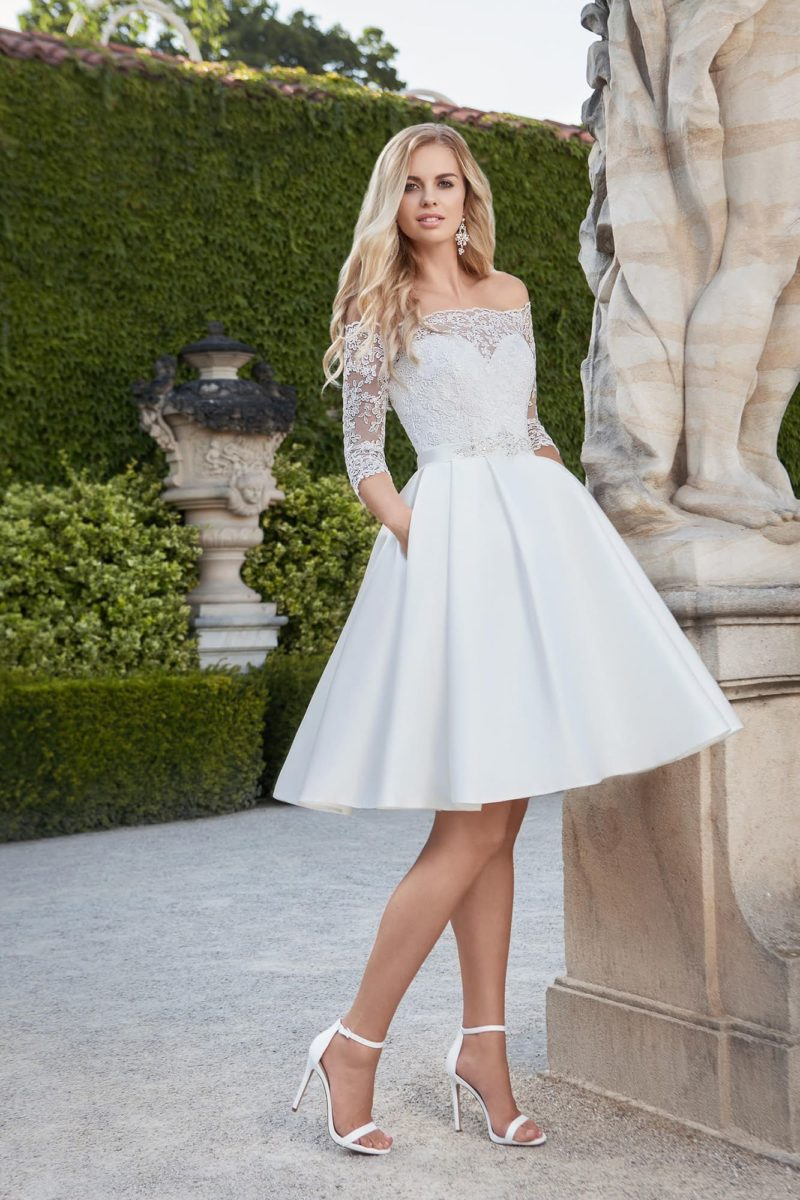 Свадебное платье с юбкой длины миди, поясом и кружевными рукавами три четверти.