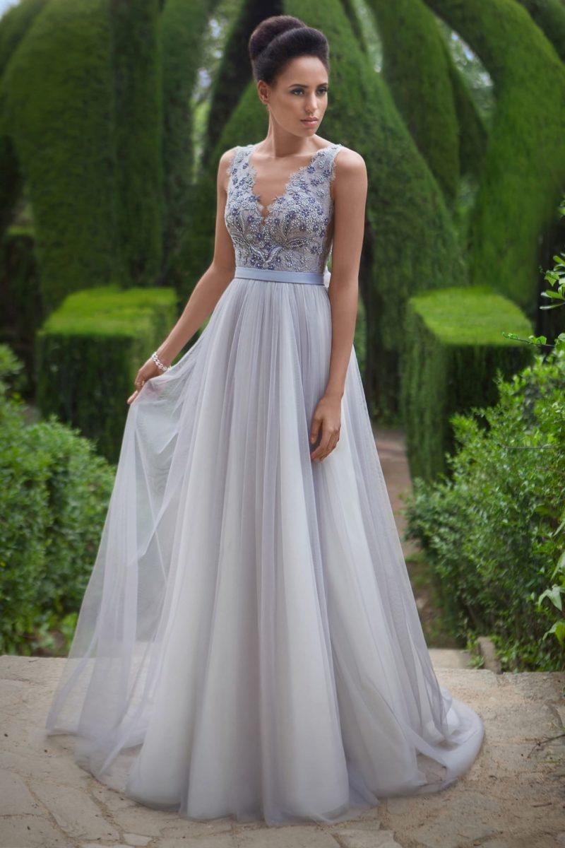 Свадебное платье голубого оттенка с изящным лифом и поясом с бантом на талии.