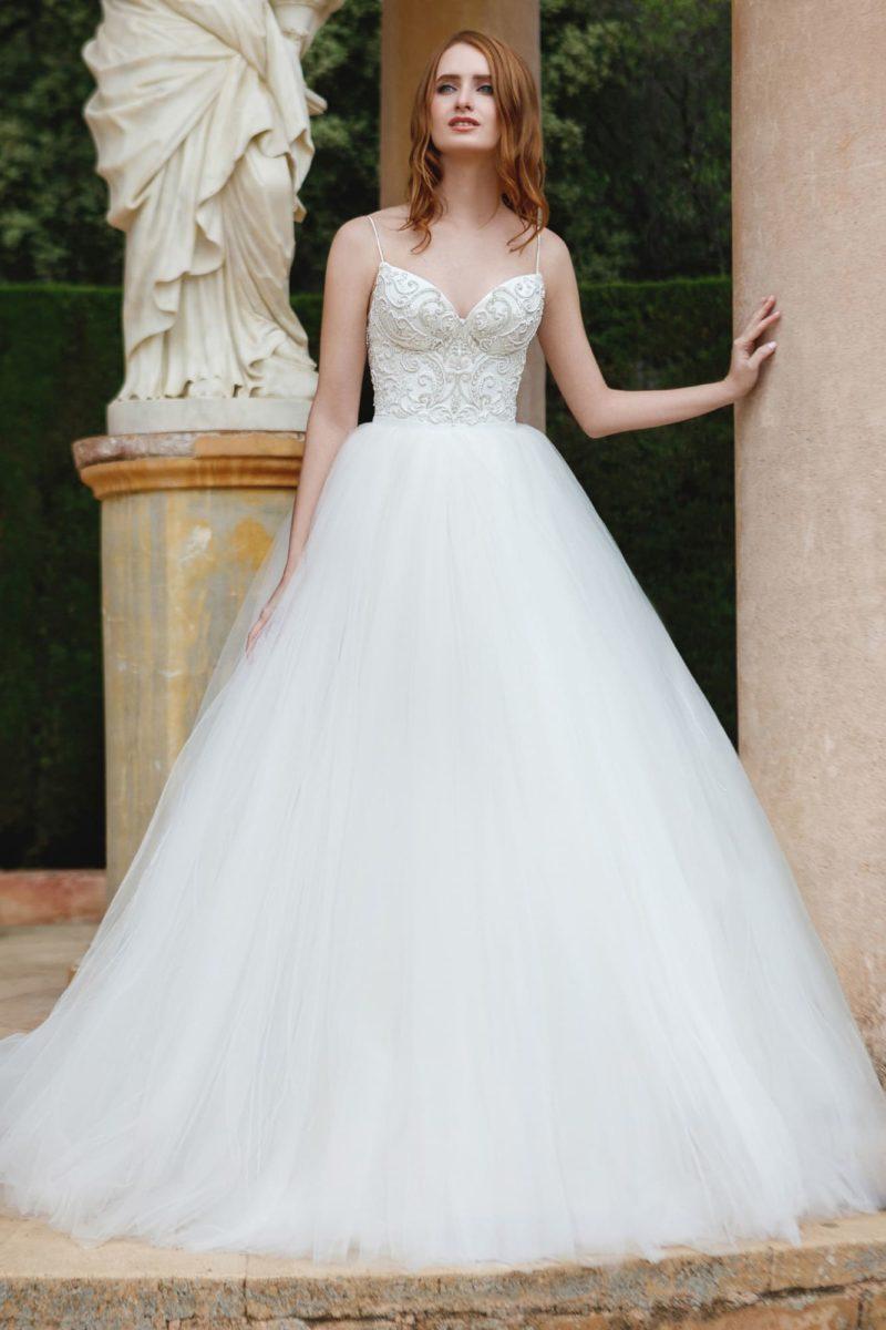 Свадебное платье пышного силуэта с открытым лифом-сердечком на тонких бретелях.