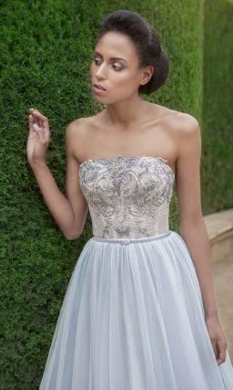 Свадебное платье А-силуэта в голубых тонах, с прямым вырезом декольте и шлейфом.