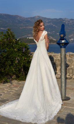 Свадебное платье А-силуэта с кружевными бретельками над лифом и небольшим шлейфом.