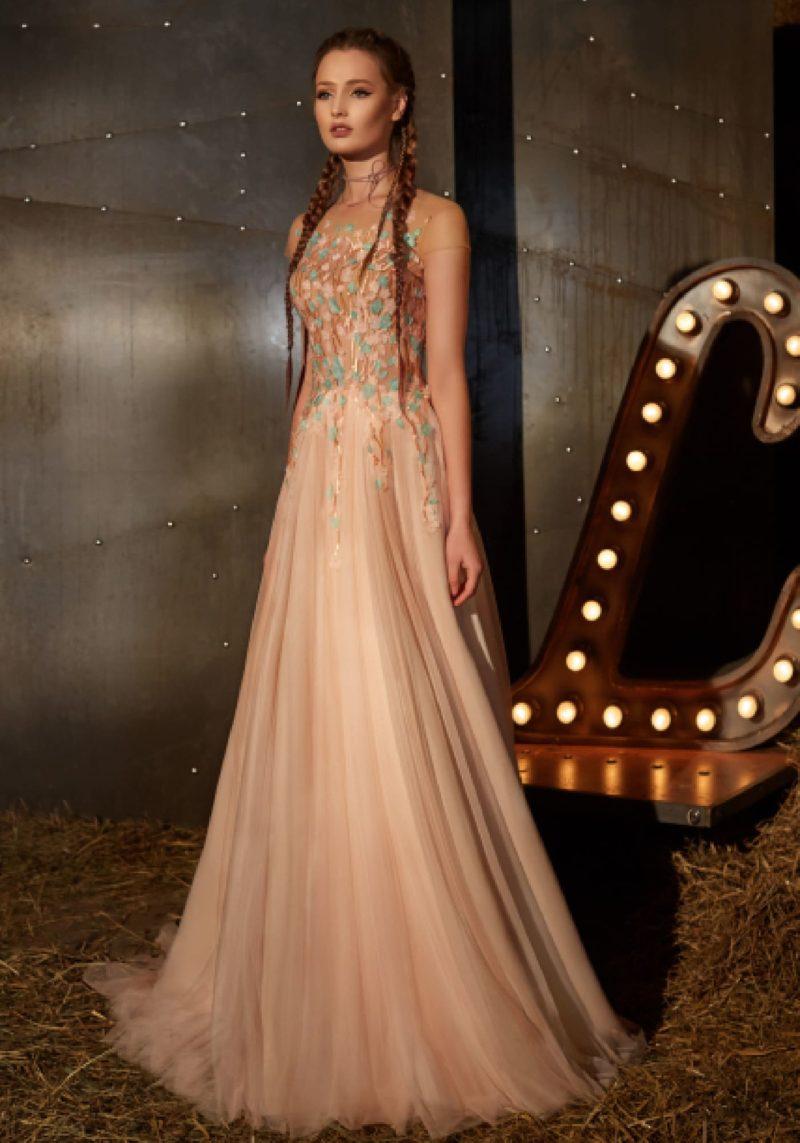 Вечернее платье персикового цвета с юбкой прямого кроя и закрытым лифом.