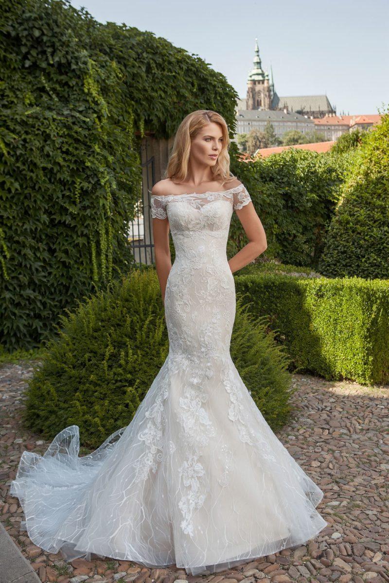 Свадебное платье «русалка» с портретным декольте, коротким рукавом и кружевной спинкой.
