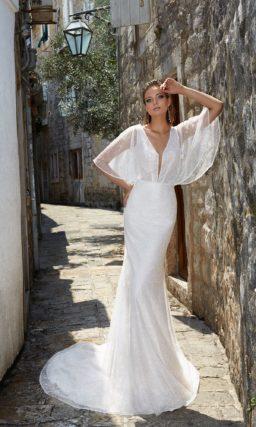 Свадебное платье «русалка» с эффектной юбкой и широкими рукавами из тонкой ткани.