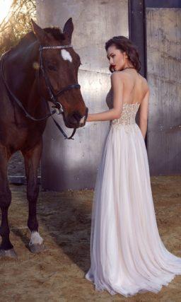 Вечернее платье прямого кроя с белой юбкой и бежевым корсетом с кружевом.