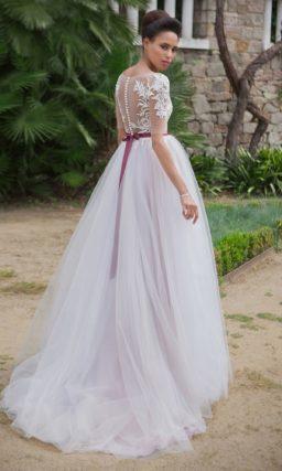 Романтичное свадебное платье А-силуэта с бордовым поясом и цветной подкладкой.
