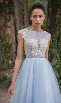Голубое свадебное платье А-силуэта с кружевом и вышивкой по закрытому лифу.