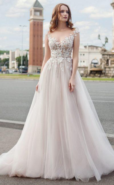 Свадебное платье пудрового оттенка, с кружевным декором и юбкой А-силуэта.