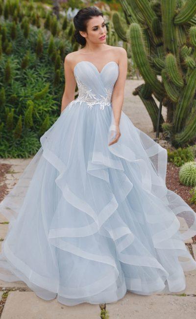 Голубое свадебное платье с лифом-сердечком и многоярусной юбкой.