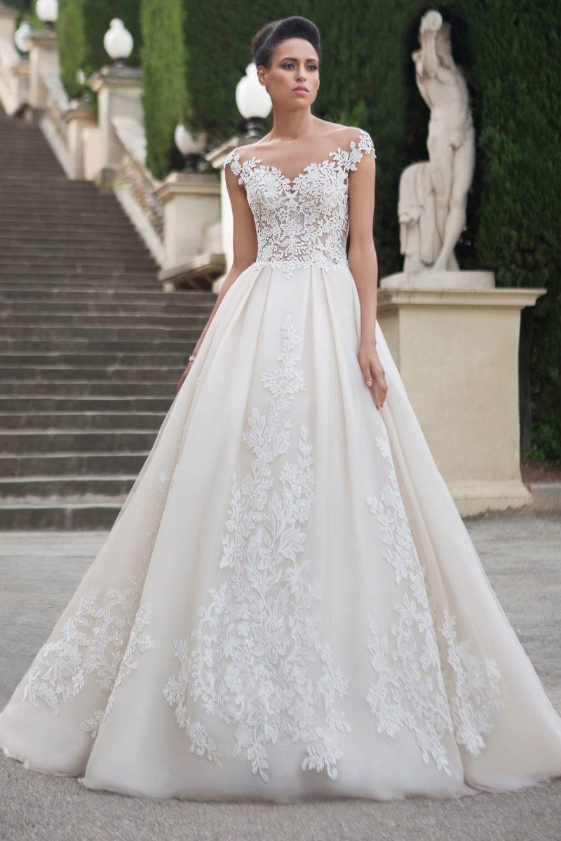 Классическое свадебное платье А-кроя с округлым вырезом на спинке и аппликациями.