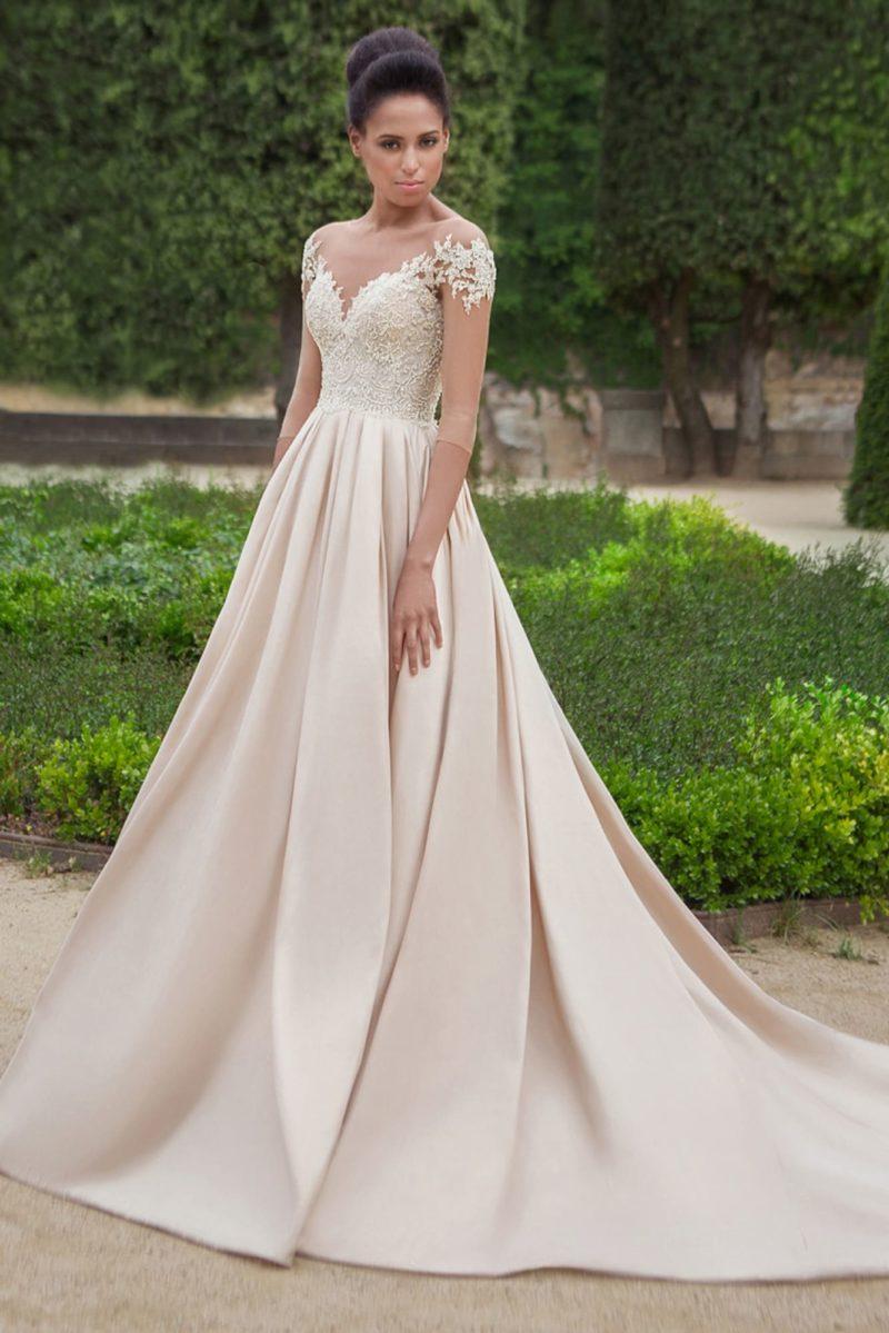 Свадебное платье цвета слоновой кости с изящным рукавом и юбкой А-силуэта.