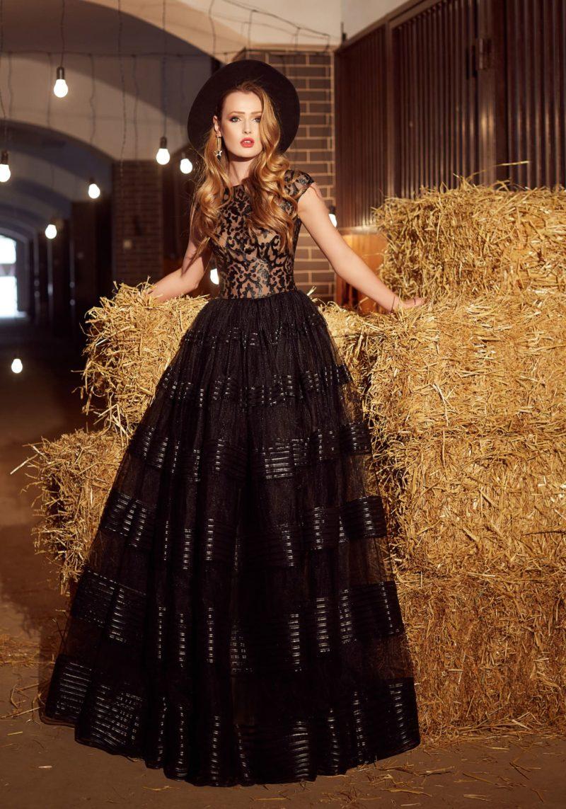 Закрытое вечернее платье с пышной юбкой с горизонтальными полосами отделки.