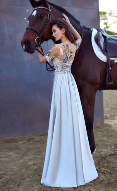 Вечернее платье голубого цвета с тонкой вставкой над лифом и шнуровкой сзади.