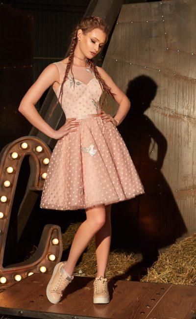 Короткое вечернее платье с отделкой тканью в горошек и атласным поясом.