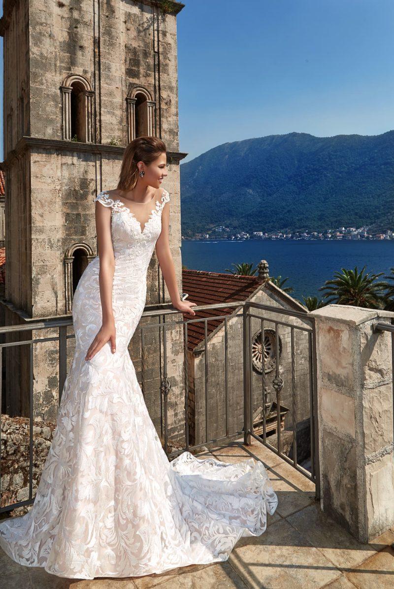Свадебное платье «русалка» с кружевом по всей длине и соблазнительным шлейфом.