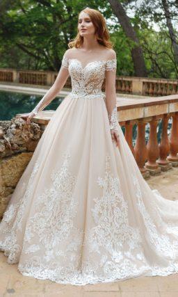 Персиковое свадебное платье А-силуэта с длинным прозрачным рукавом и кружевом.