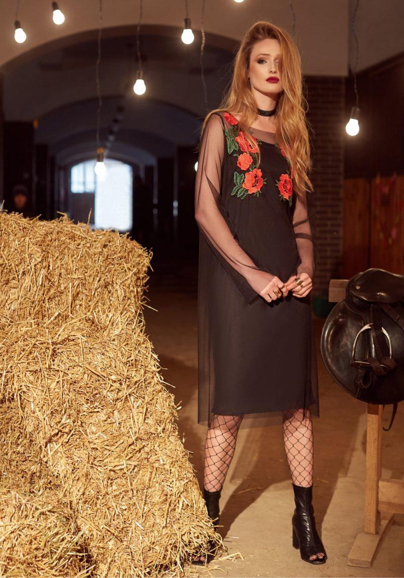 Черное вечернее платье прямого кроя с длинным рукавом и юбкой до колена.