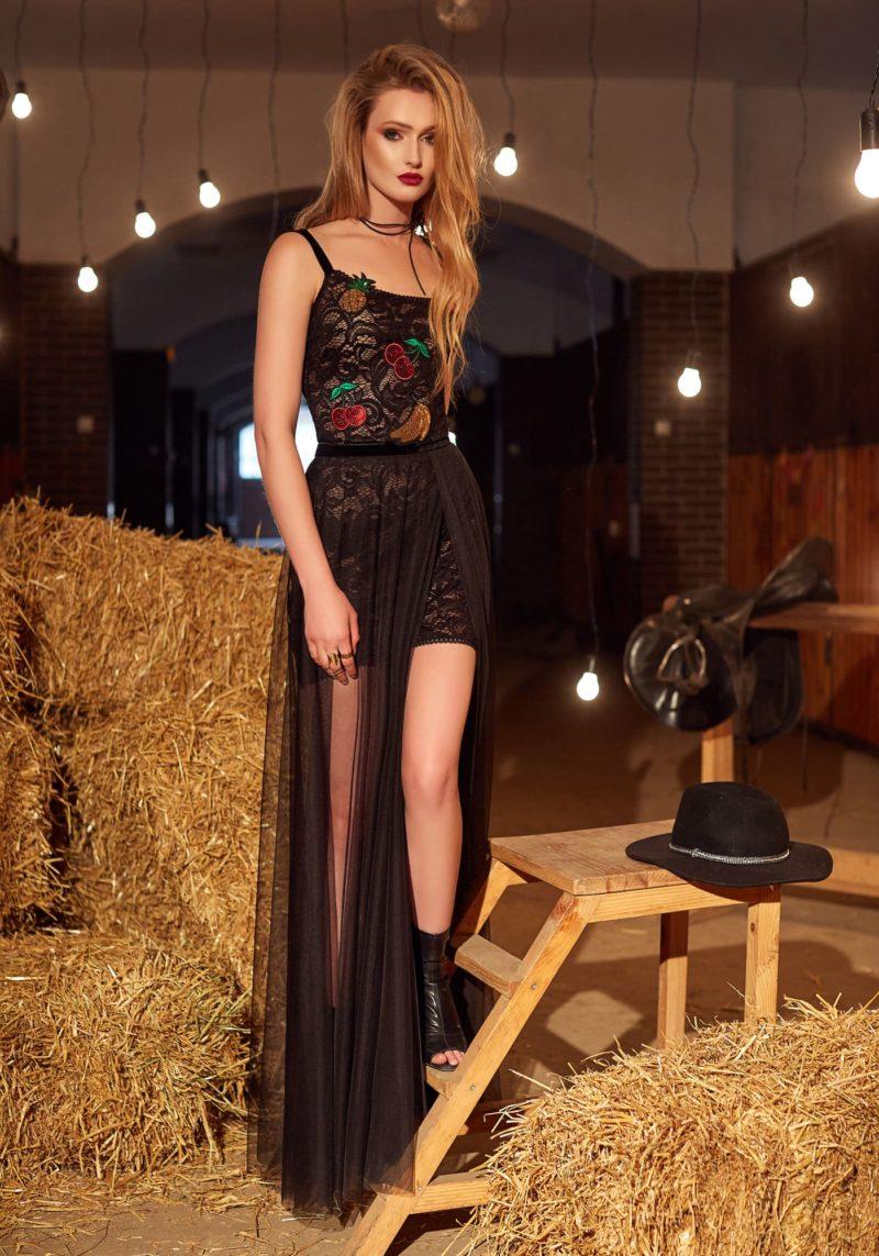 Прямое вечернее платье черного цвета с тонкими бретелями на лифе и открытой спиной.