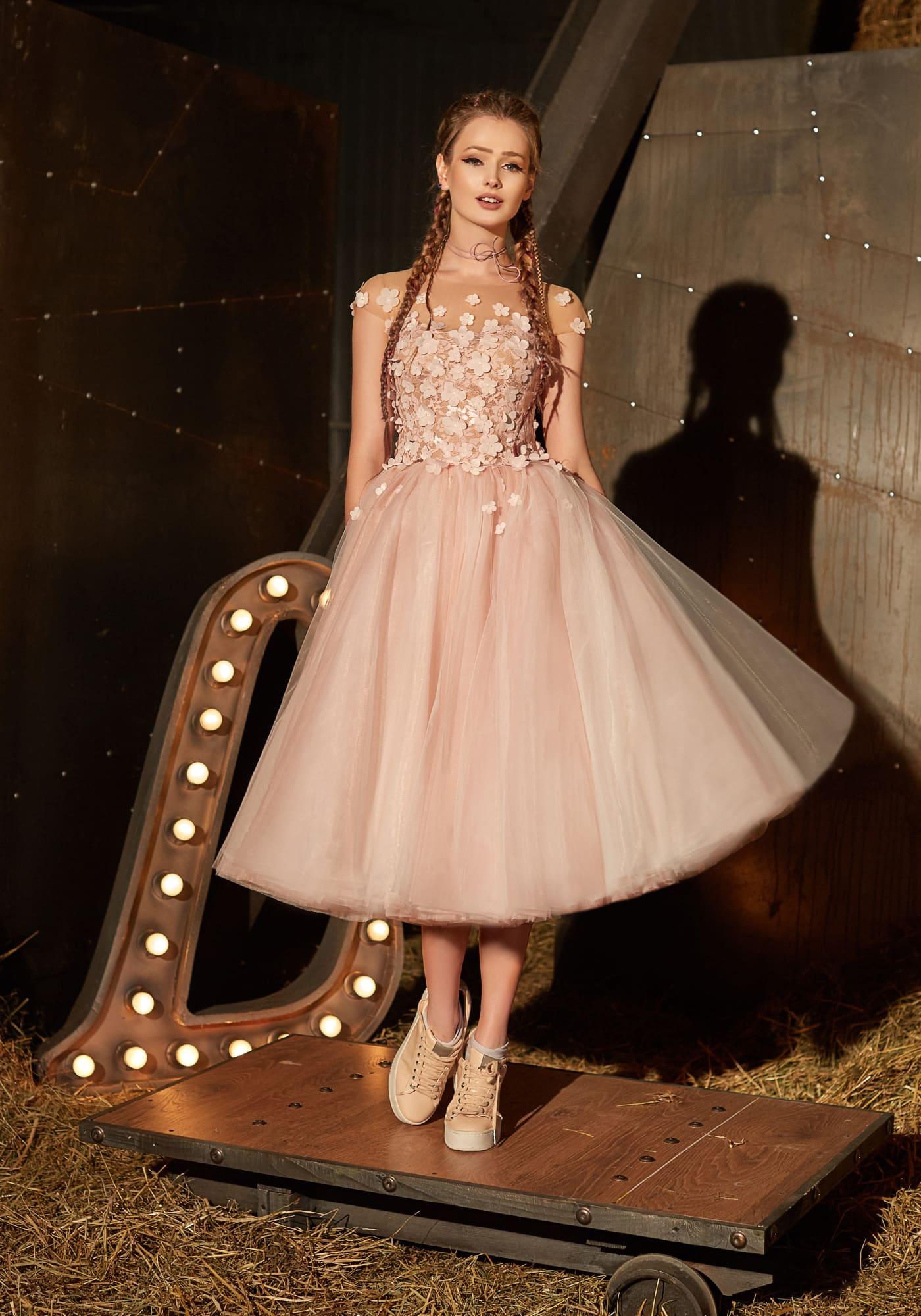 2a0f309092d4b Розовое вечернее платье с объемной отделкой бутонами и объемной юбкой миди.
