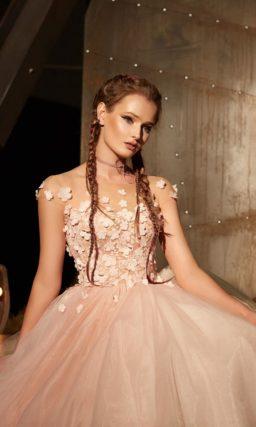 Розовое вечернее платье с объемной отделкой бутонами и объемной юбкой миди.