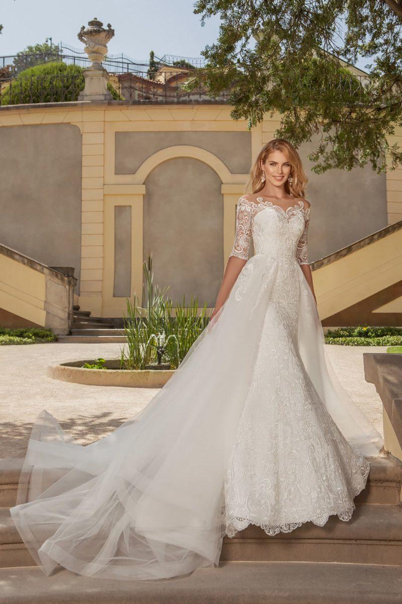 Свадебное платье-трансформер с кружевным портретным вырезом и изящным рукавом.