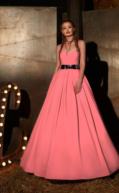 Платье розового оттенка