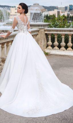 Свадебное платье с атласной юбкой и соблазнительным кружевным верхом.