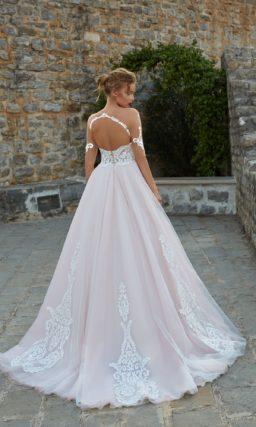 Свадебное платье «принцесса» с прозрачными рукавами и юбкой розового цвета.