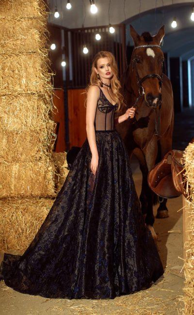Черное вечернее платье А-силуэта с кружевной юбкой и открытым декольте.