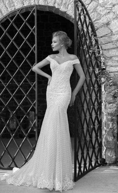 Свадебное платье «рыбка» с цветочным кружевом на корсете и фактурной юбкой.