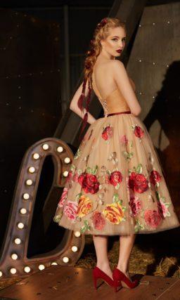 Вечернее платье с открытым лифом и пышной юбкой, покрытой крупными аппликациями.