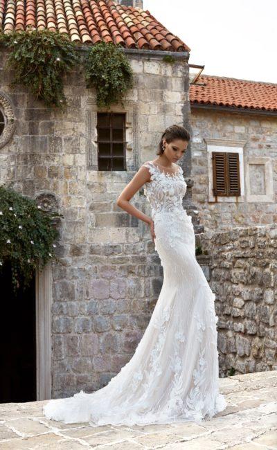 Прямое свадебное платье с объемной отделкой и элегантным шлейфом сзади.