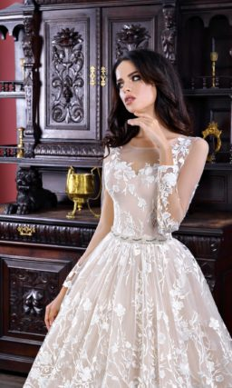 Пышное свадебное платье в пудровых тонах, декорированное белоснежным кружевом.