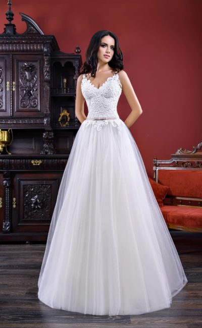 Свадебное платье «принцесса» с облегающим фактурным лифом и цветным поясом.