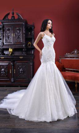 Торжественное свадебное платье «русалка» с открытым лифом с тонкими бретельками.