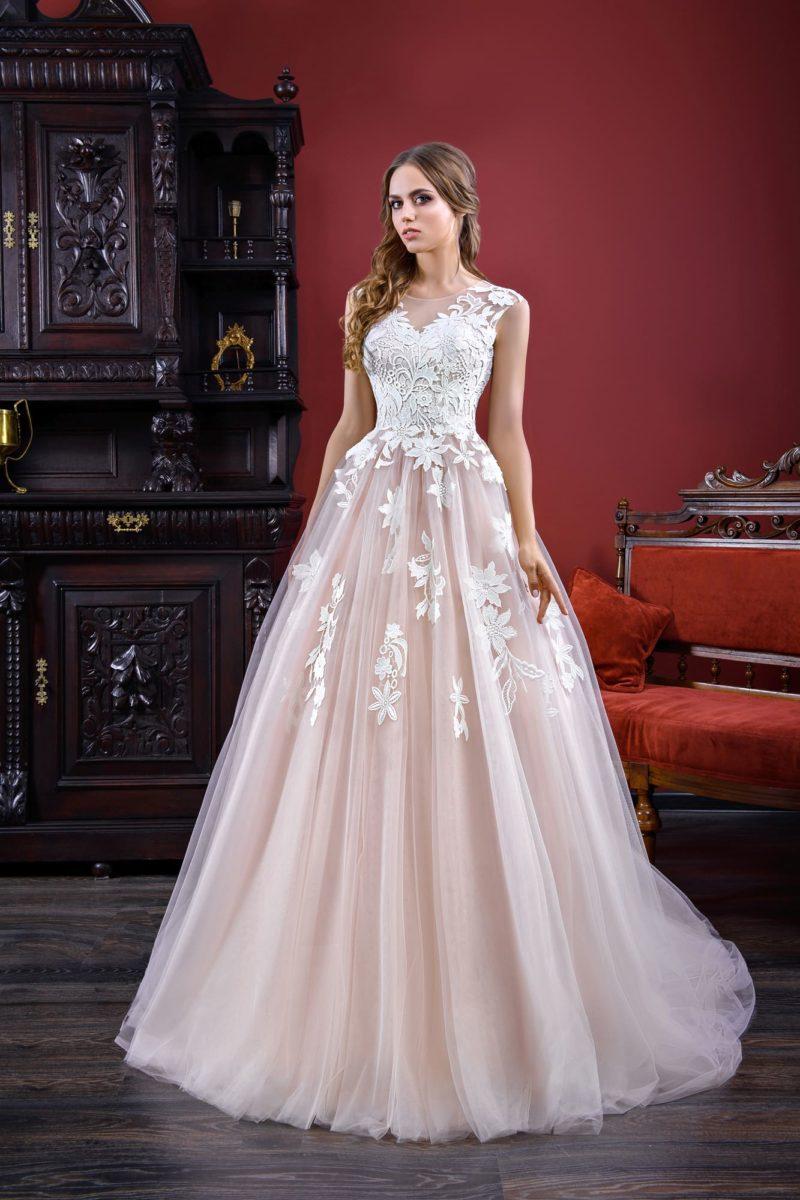 Пудровое свадебное платье «принцесса» с закрытым лифом, оформленным кружевом.