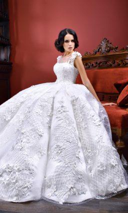 Свадебное платье с подолом из крепа и эффектной объемной отделкой по всей длине.