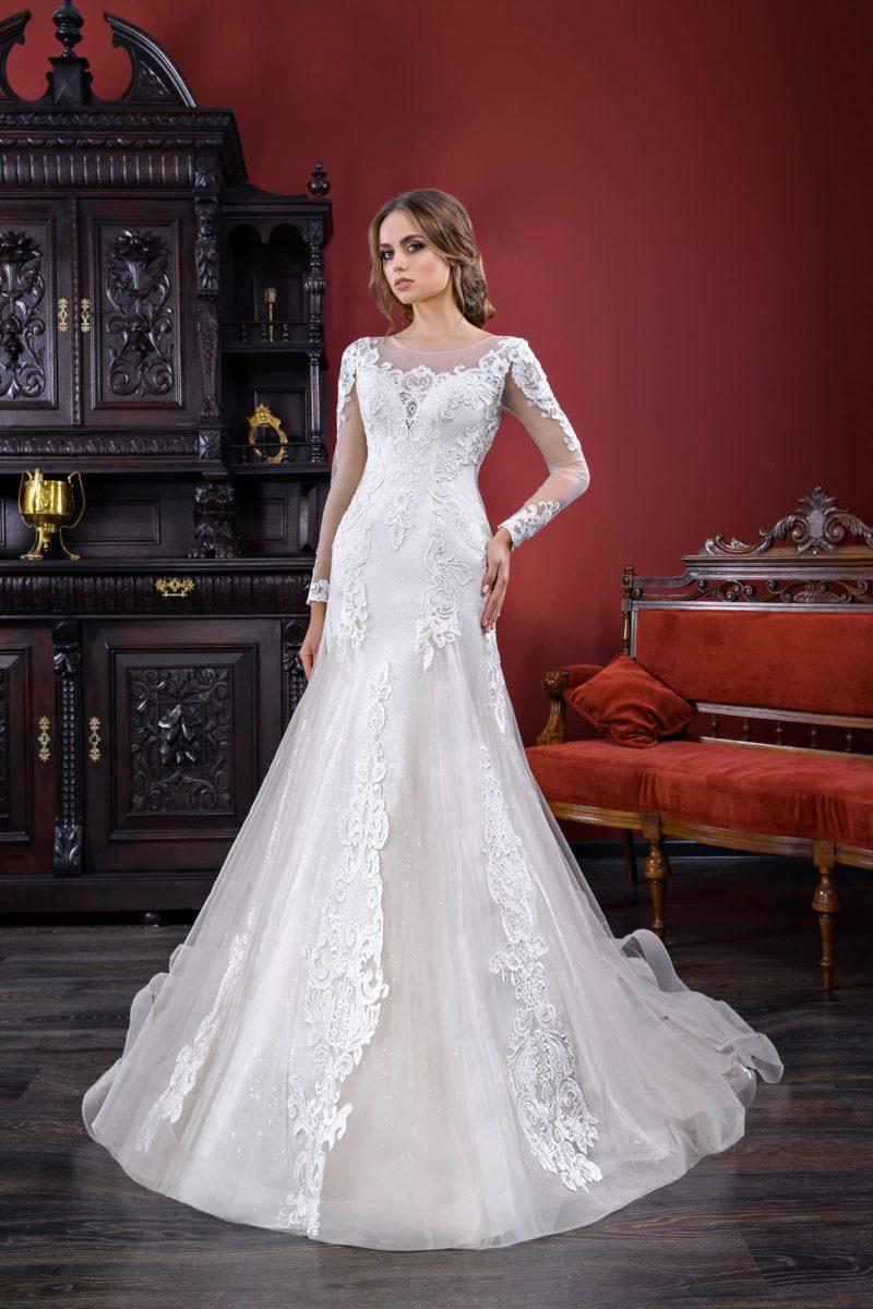 Свадебное платье силуэта «русалка» с кружевным декором и длинным рукавом.